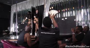 Шлюшку сочно поимела толпа темнокожих парней, после её выступления