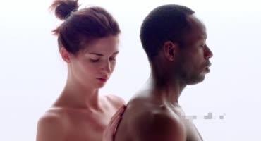Нежные ласки стройной девушки и чернокожего парня