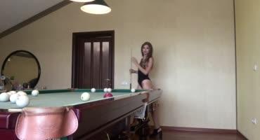 Забравшись голенькой на бильярдный стол, сучка доставила себе удовольствие