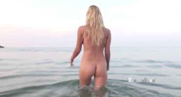 Молоденькая умопомрачительная девушка красуется фигуркой на пляже и в бассейне