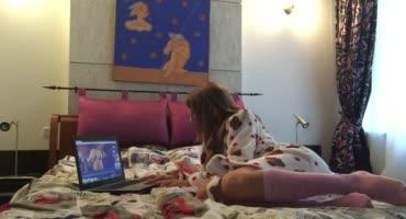 Юная сучка мастурбирует дома на кровати и кончает