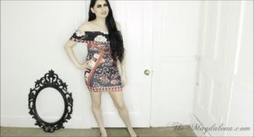 Длинноволосая брюнетка в платье на камеру показала свои дырочки