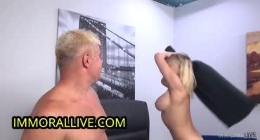 Весёлую блондинку жестко трахает взрослый мужик и спускает сперму