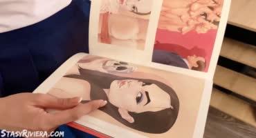 Девчуля в матросском костюмчике балуется анальной пробкой