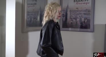 Блондинка в кожаной куртке скачет на члене