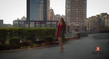 Изящная красотка в красном платье обнажается и ласкает себя в спальне