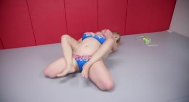 Рыжая толстуха победила в борьбе блондинку и трахнула её влажную киску