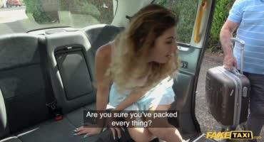 Привлекательная пассажирка отсосала и потрахалась с таксистом