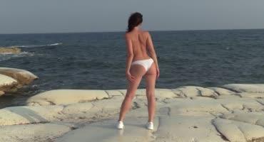 Красотку с бритой киской трахнули на пляже