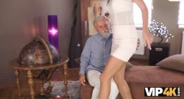 Старик довел до оргазма свою милую внучку