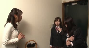 Азиатская студентка лесбиянка силой раздевает и ласкает свою подружку