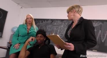 Чёрный студент поимел пару развратных училок