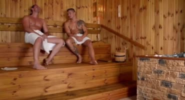 Двое мускулистых самцов насладились в сауне дойками прелестницы