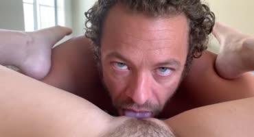 Сучка от первого лица наблюдает за кудрявым мужиком, который лижет ее киску