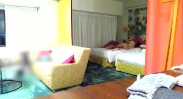 Парень трахает азиатскую красотку в номере, не зная про скрытую камеру