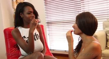 Темнокожая лесбиянка соблазнила красивую мулатку, поедая вместе с ней сладости