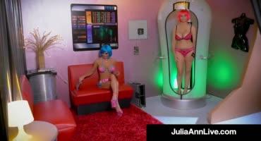 Милфа трахнула секс робота с большими сиськами и потерлась с ней кисками