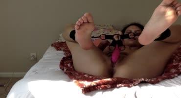 Связал красотке ноги и вручил дилдо, чтобы она начинала ласкать себя без парня