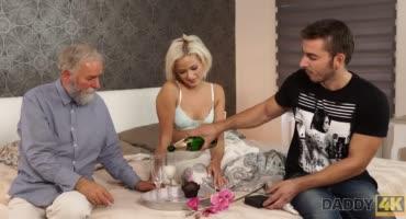 Похотливая блонда Риа Санн трахнулась с пожилым отцом своего парня