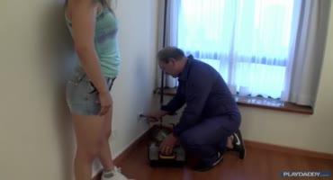 Сантехник пришел в дом к озабоченной девушке