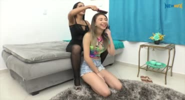 Младшая сестричка облизывает свою старшую лесбиянку