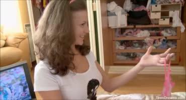 Молодая русская девушка дразнит парня чулками