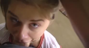 Молодую блондинку с пирсингом в носу трахает парень возле камина