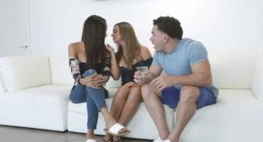 Обворожительные красотки предложили парню секс втроем и он не смог отказаться