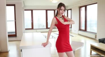 Красотка в красном платье помастурбировала на столе