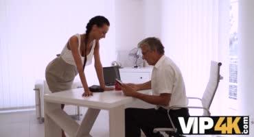 Старый мужик долбит на столе свою домработницу