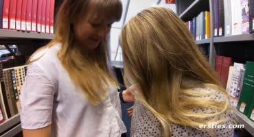 Две юные красавицы решили пошалить в библиотеке