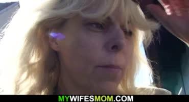 Зрелая блондинка напросилась на секс с замужним соседом