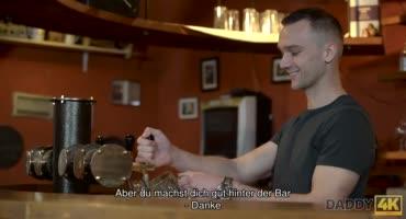 Брюнетка изменяет мужу со старым владельцем бара