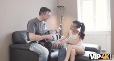 Мужик побрынькал на гитаре, а девица побрынькалась на его члене