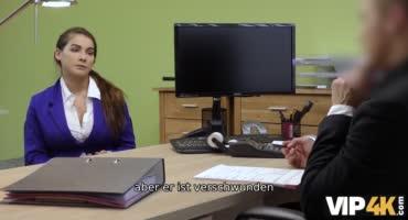 Молодая девушка пришла на собеседование и была оттрахана на столе