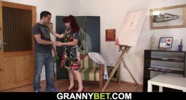 Зрелая художница любит не только кисточку держать в руках, но и молодые члены