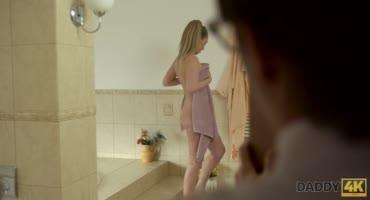 Застал сестру голенькой в душе и взял инициативу в руки, трахнув её