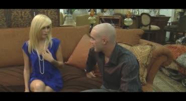 Зрелая блондиночка страстно трахается с парнем