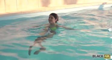 Малышка у бассейна соблазняет накачанного парня