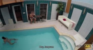 Парню купающемуся в бассейне предложили денег за секс с его девушкой