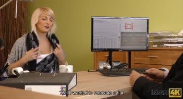 Стройная блондиночка пытается получить работу