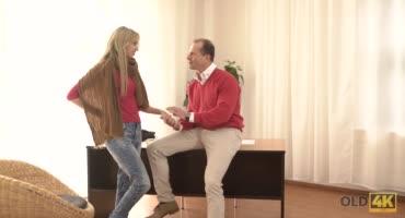 Блондиночка Элен Джесс трахается со старичком в его кабинете