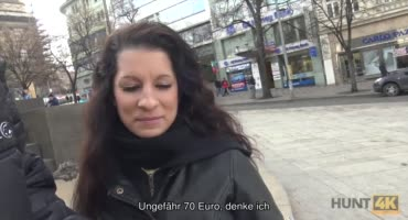 Парень уговорил туристку за деньги потрахаться с его зрелым другом