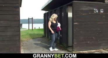 Зрелая бабёнка отсосала и отдалась молодому пацану