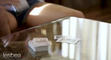 Две молодые красавицы после игры в карты поигрались с кисками