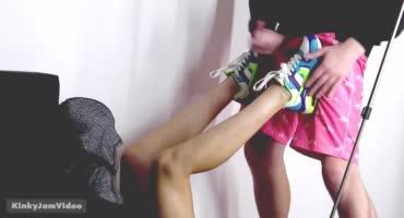 Парень дрочит на красивые ножки девушки в кроссовках