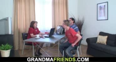 Пожилая секретарша отвлекает от работы и трахается с двумя мужиками