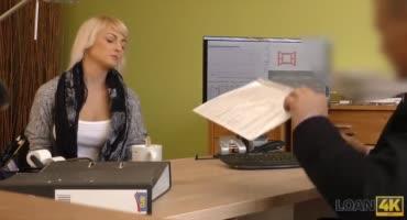 Парнишка пялит сексуальную блонду на скрытку