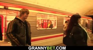 Молодой любитель опытных женщин соблазнил пышную милфу в метро