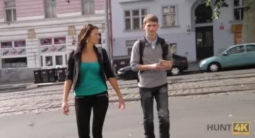 Незнакомец оттрахал девушку на глазах у ее парня